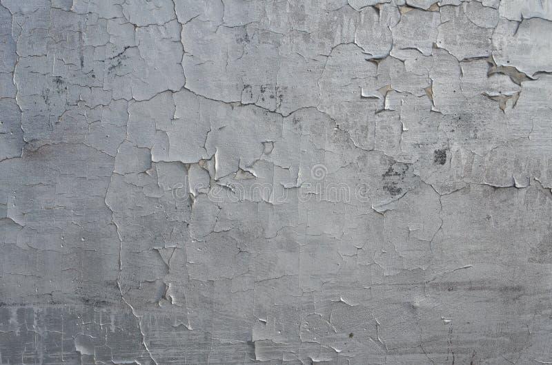 Descascando pintura rachada dos grafittis da cor de prata foto de stock royalty free