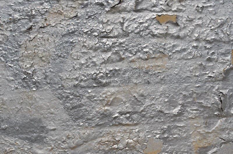 Descascando pintura rachada dos grafittis da cor de prata no muro de cimento imagem de stock royalty free