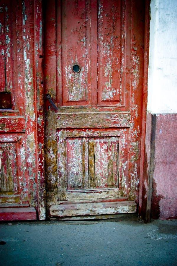 Descascando a porta vermelha foto de stock royalty free