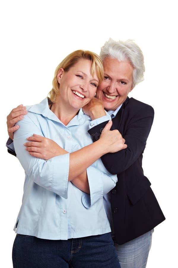 Descendant de embrassement de mère aînée photos libres de droits