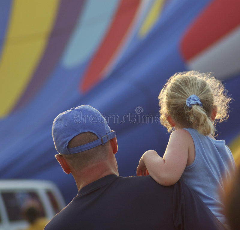 Descendant de père observant les ballons à air chauds image libre de droits