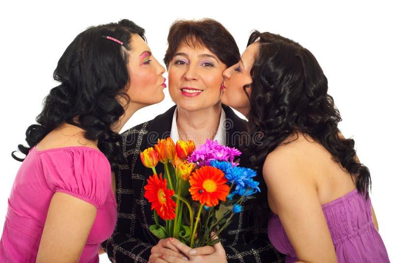 Descendants embrassant la mère photos stock