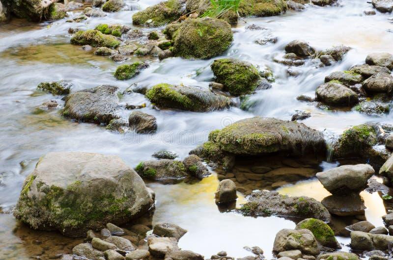 Descendeur et pierre de rivière image stock