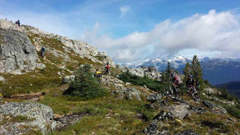 Descenso de Heli biking en la montaña del arco iris foto de archivo libre de regalías