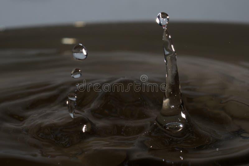 Descenso del agua con el chapoteo imagen de archivo