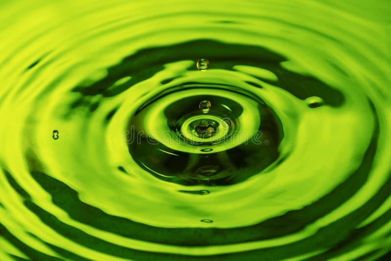 Descenso del agua que baja en el agua para hacer ondas imagenes de archivo