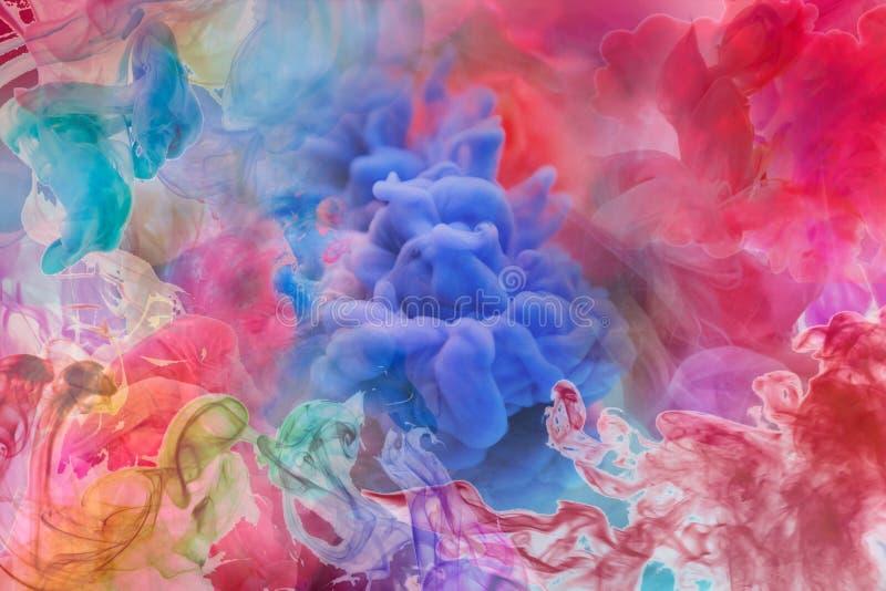Descenso del color del movimiento en el agua, tinta que remolina adentro, abstracción colorida de la tinta Nube ideal de lujo de  fotos de archivo