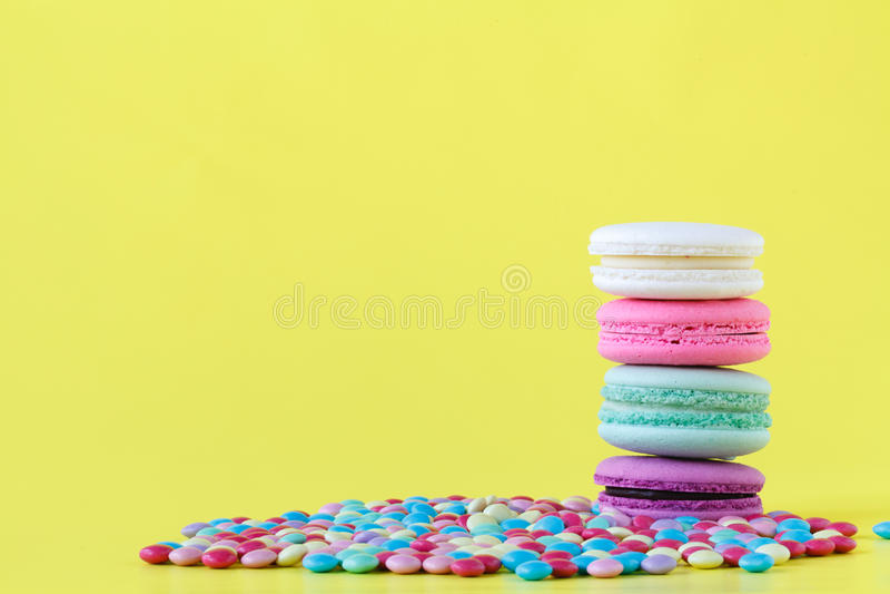 Descenso del color rosado y verde del macaron colorido con muchos pequeña jalea imágenes de archivo libres de regalías