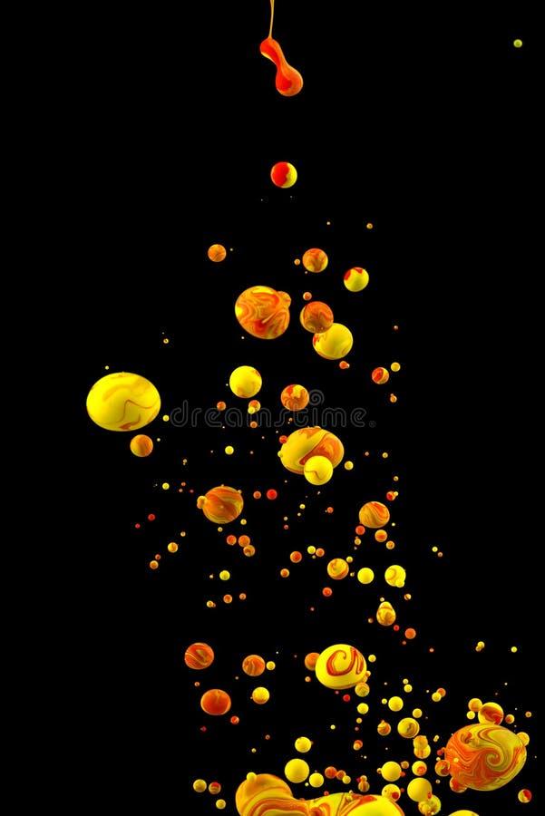 Descenso líquido del color en fondo negro foto de archivo