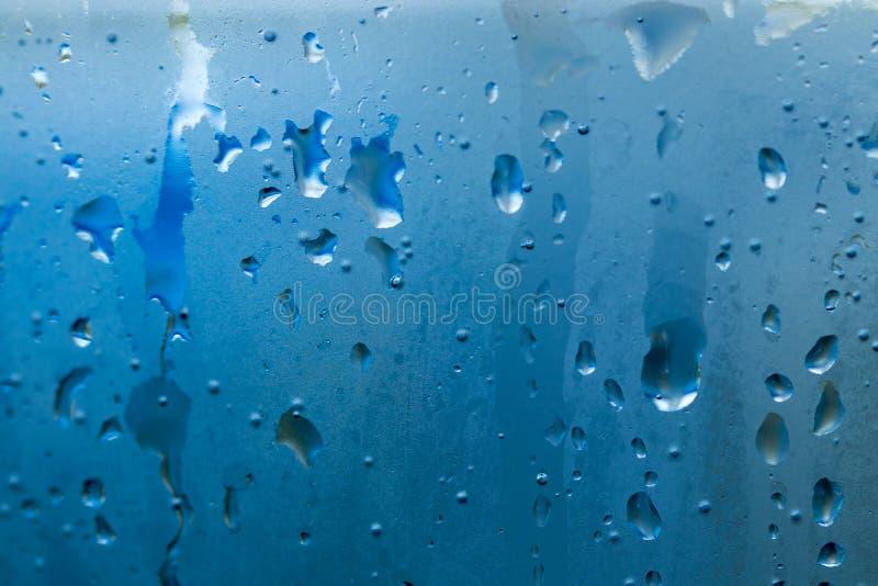 Descenso natural hermoso del agua en cierre del vidrio para arriba foto de archivo libre de regalías