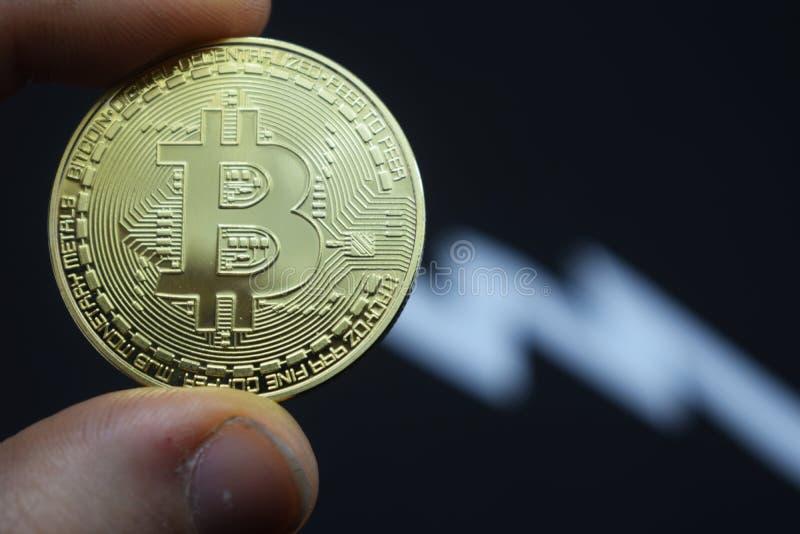 Descenso precipitado en bitcoin en el precio, depreciación fotografía de archivo libre de regalías