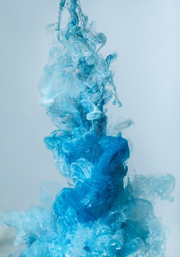 Descensos de la pintura del color en agua TINTA que remolina bajo el agua imágenes de archivo libres de regalías