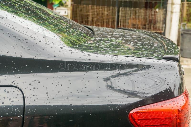 Descensos del agua de lluvia en el coche negro posterior fotos de archivo libres de regalías