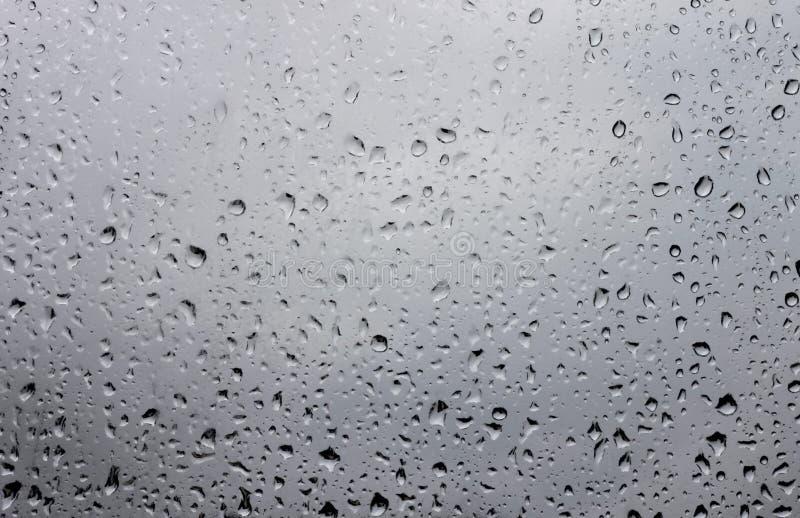 Descensos del agua en el vidrio de la ventana después de la lluvia imagen de archivo