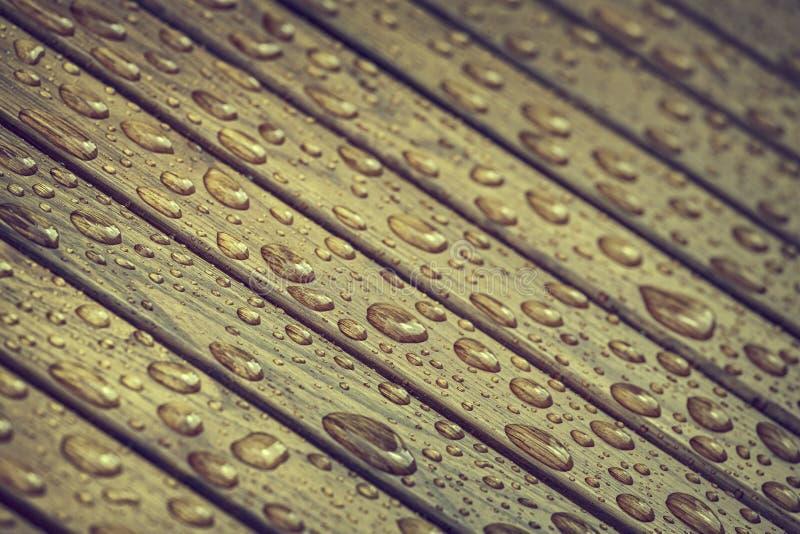 Descensos del agua en la madera fotografía de archivo