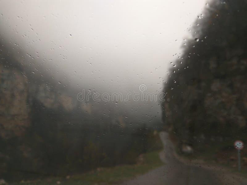 Descensos del agua sobre el vidrio del coche fotos de archivo libres de regalías