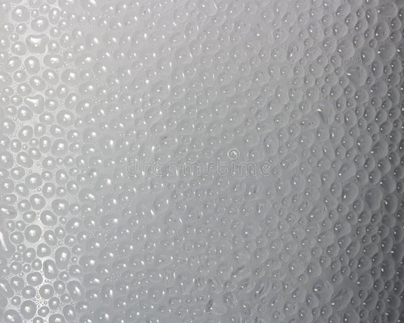 Descensos del condensado en la superficie de una botella plástica, primer fotos de archivo