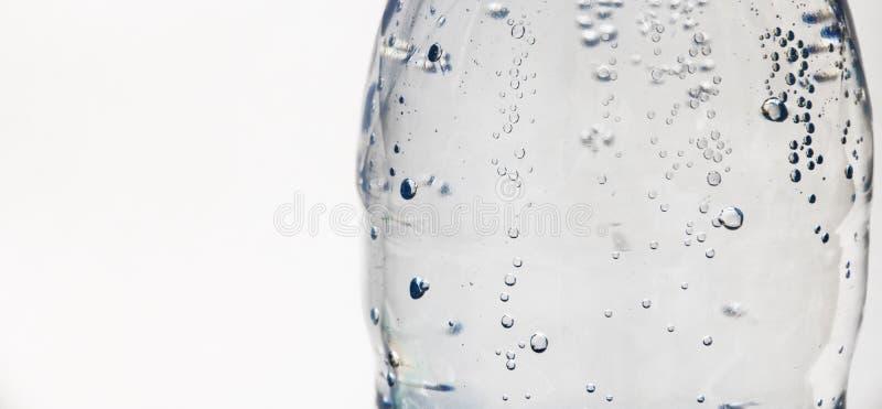 Descensos en una botella de agua imagen de archivo libre de regalías