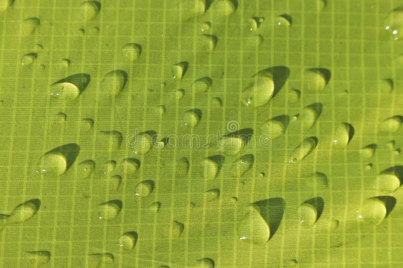 Descensos grandes del agua en las materias textiles verdes con un efecto impermeable Impregnación impermeable imagenes de archivo