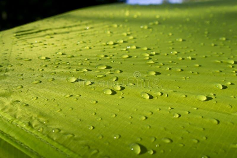 Descensos grandes del agua en las materias textiles verdes con un efecto impermeable Impregnación impermeable fotos de archivo