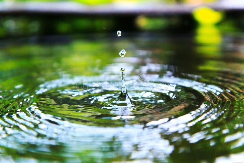 Descensos y chapoteo del agua imagenes de archivo