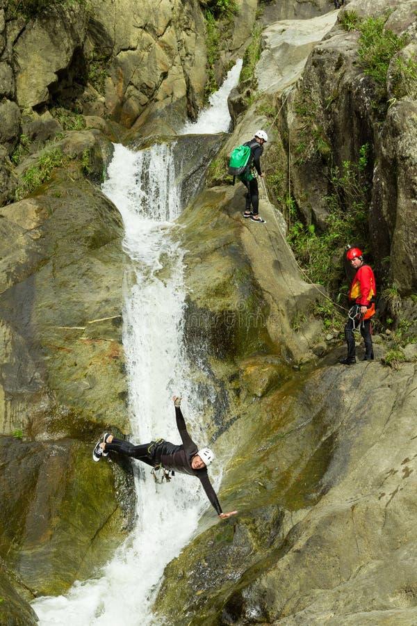 Descente de cascade de descente de canyon photos stock