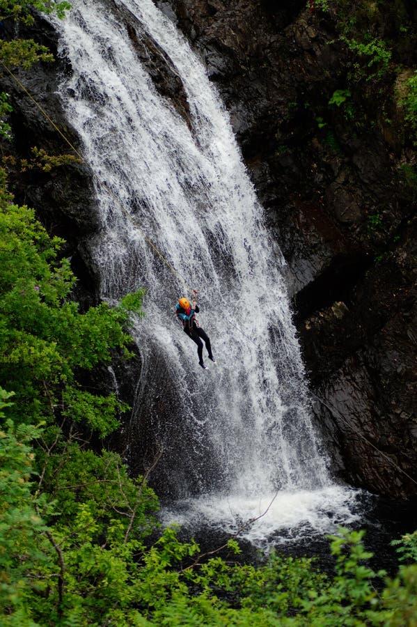 Descente de cascade en Ecosse image libre de droits