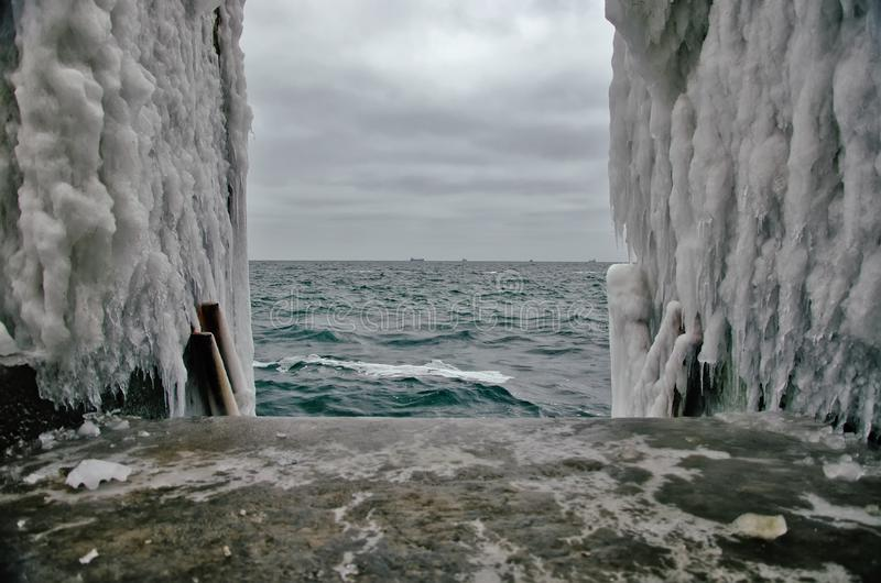 A descida à água é congelada toda em uma praia do inverno imagens de stock royalty free