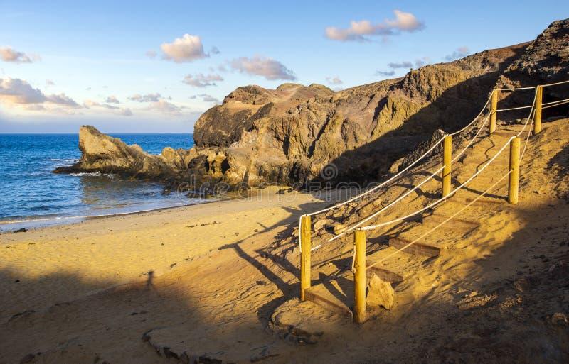 Descida à praia de Papagayo em Lanzarote fotografia de stock