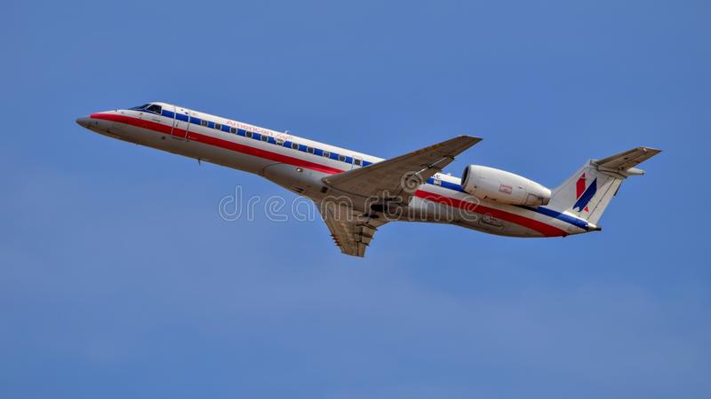 Descolagem de Eagle Airlines Embraer ERJ140 do americano fotografia de stock