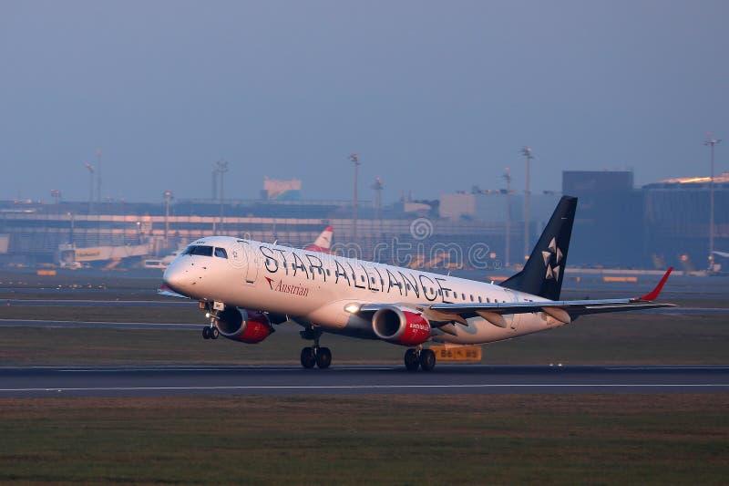 Descolagem do plano de Austrian Airlines Star Alliance fotos de stock