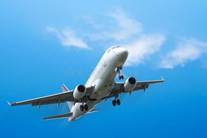 Descolagem dos aviões comerciais imagem de stock