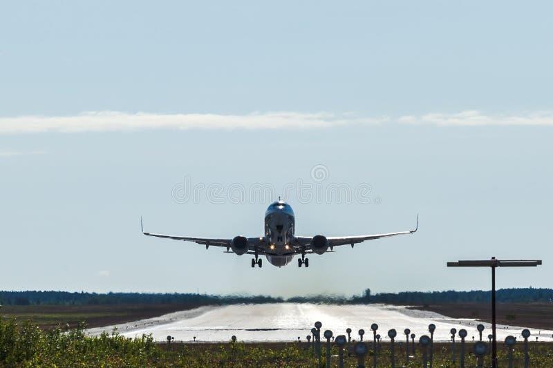 Descolagem e voo grandes do avião do passageiro de um aeroporto foto de stock