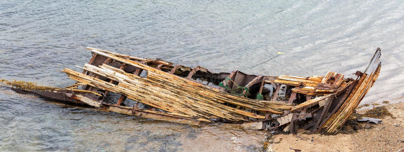 Descomposición, nave abandonada en la orilla, un símbolo de la decadencia y degradación imágenes de archivo libres de regalías