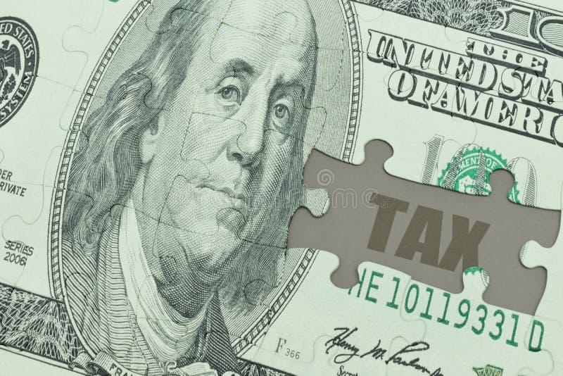 Desconcierte con el billete de banco del dólar y el impuesto del texto foto de archivo