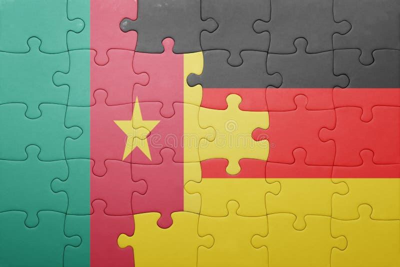 desconcierte con la bandera nacional de Alemania y del Camerún foto de archivo