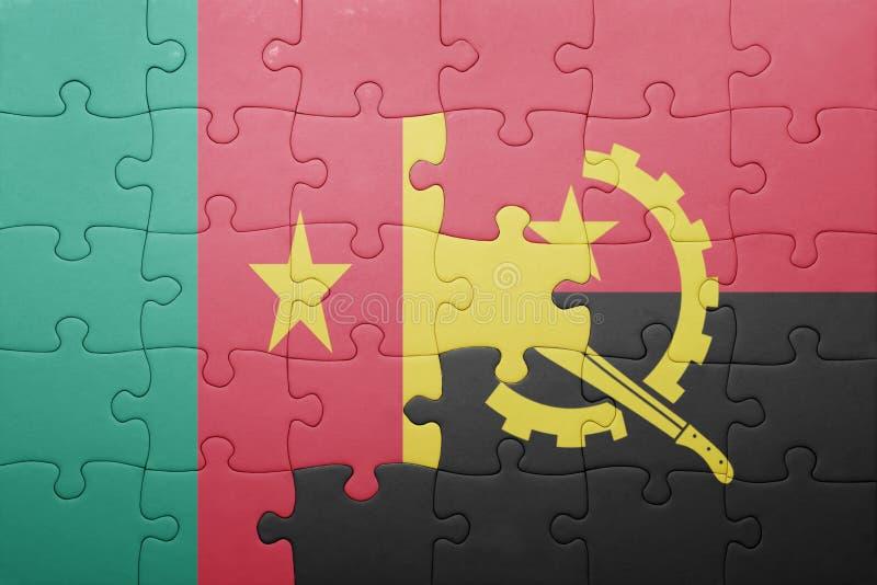 desconcierte con la bandera nacional de Angola y del Camerún foto de archivo