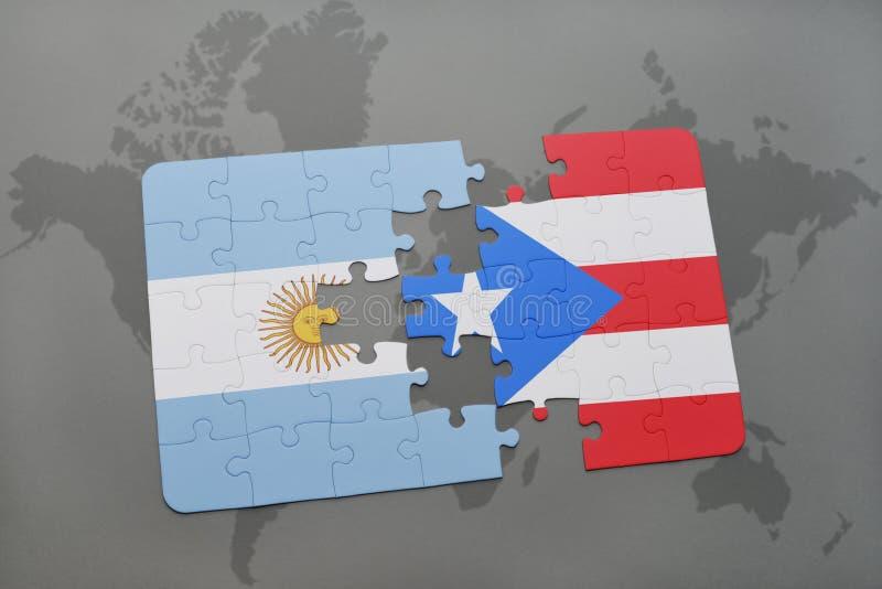desconcierte con la bandera nacional de la Argentina y de Puerto Rico en un fondo del mapa del mundo fotografía de archivo libre de regalías