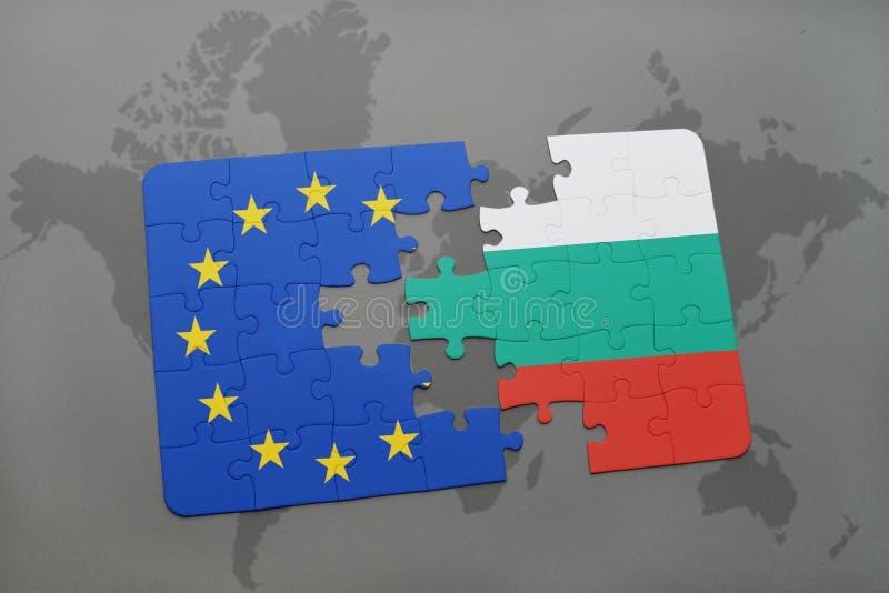 Desconcierte con la bandera nacional de Bulgaria y de la unión europea en un fondo del mapa del mundo stock de ilustración