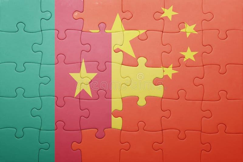 Desconcierte con la bandera nacional de China y del Camerún imagenes de archivo