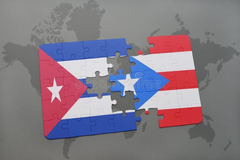 desconcierte con la bandera nacional de Cuba y de Puerto Rico en un fondo del mapa del mundo imagenes de archivo