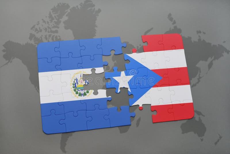 desconcierte con la bandera nacional de El Salvador y de Puerto Rico en un fondo del mapa del mundo foto de archivo