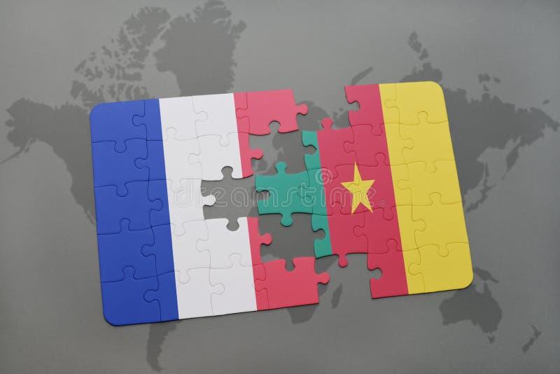 desconcierte con la bandera nacional de Francia y del Camerún en un fondo del mapa del mundo imagen de archivo libre de regalías
