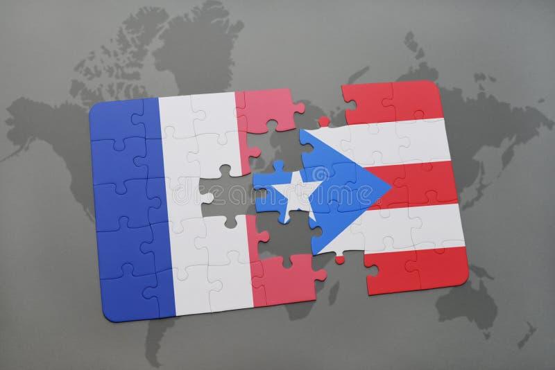 desconcierte con la bandera nacional de Francia y de Puerto Rico en un fondo del mapa del mundo foto de archivo