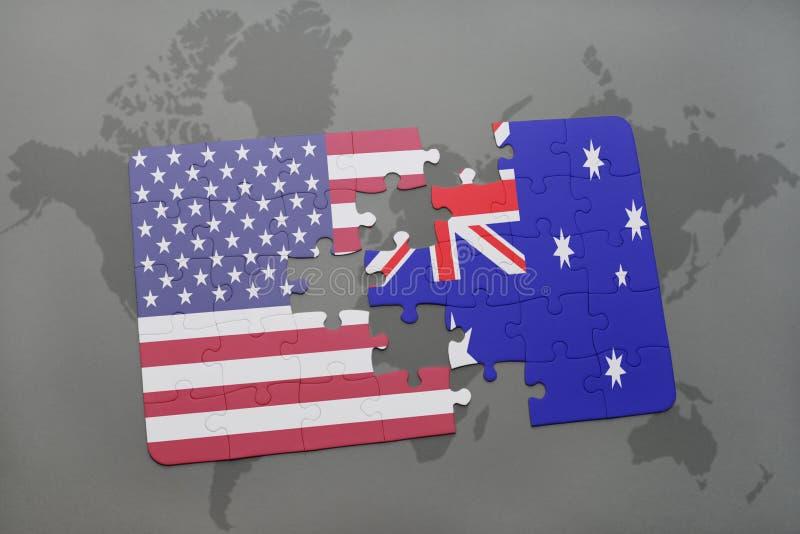 Desconcierte con la bandera nacional de los Estados Unidos de América y de Australia en un fondo del mapa del mundo imagen de archivo libre de regalías