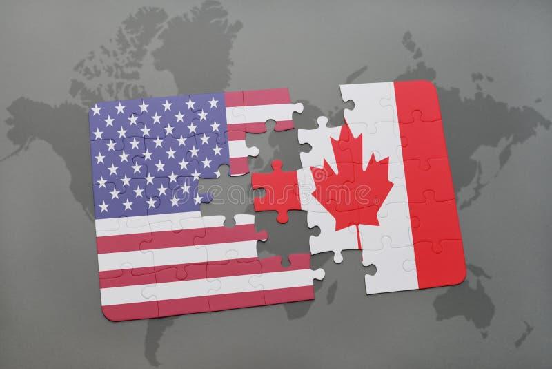 Desconcierte con la bandera nacional de los Estados Unidos de América y de Canadá en un fondo del mapa del mundo fotografía de archivo