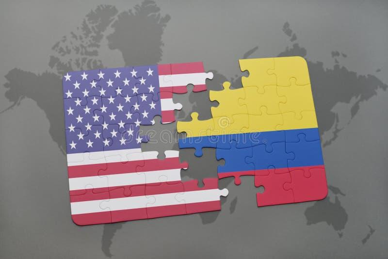 desconcierte con la bandera nacional de los Estados Unidos de América y de Colombia en un fondo del mapa del mundo imágenes de archivo libres de regalías