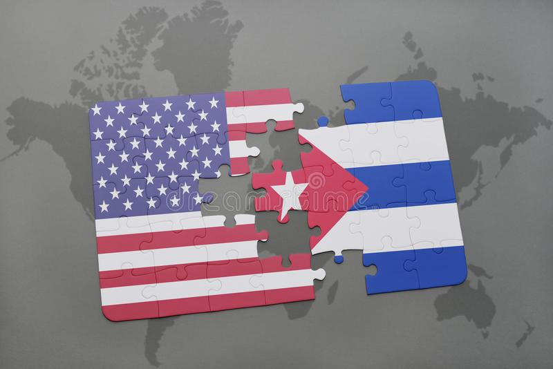 Desconcierte con la bandera nacional de los Estados Unidos de América y de Cuba en un fondo del mapa del mundo foto de archivo libre de regalías