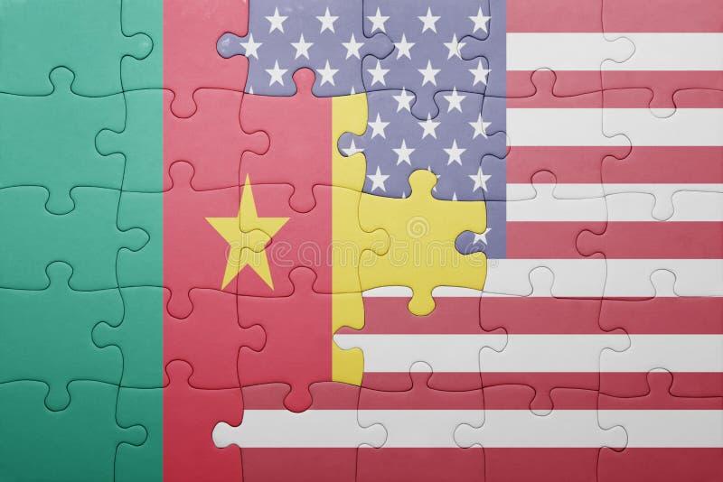 Desconcierte con la bandera nacional de los Estados Unidos de América y del Camerún imágenes de archivo libres de regalías