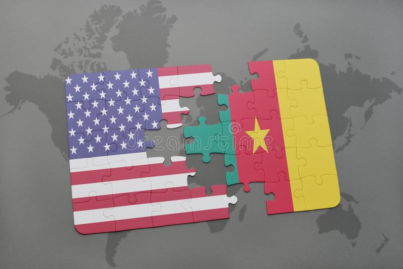 desconcierte con la bandera nacional de los Estados Unidos de América y del Camerún en un fondo del mapa del mundo imagen de archivo libre de regalías